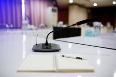 Foco seletivo aos microfones sem fio da conferência imagem de stock