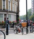 Foco seletivo da bicicleta com a cesta de vime na rua da cidade imagem de stock