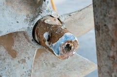 Foco seletivo da hélice oxidada velha do navio dos detalhes, esperando fotografia de stock royalty free