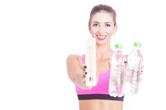 Foco seletivo da menina que guarda a água e o termômetro Foto de Stock Royalty Free