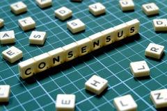 Foco seletivo da palavra do consenso feito do bloco quadrado da letra no fundo quadrado verde da esteira imagens de stock royalty free