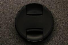 Foco seletivo da tampa de lente ou tampa de lente marcada preta de DSLR foto de stock royalty free