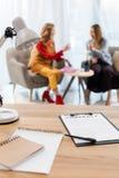 foco seletivo das mulheres de negócios que trabalham no contrato e em documentos modernos do escritório na tabela imagem de stock
