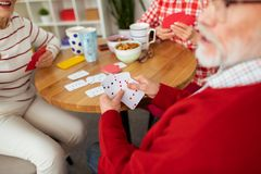 Foco seletivo de cartões de jogo nas mãos masculinas foto de stock