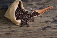 Foco seletivo de feijões de café na colher, espaço da cópia Imagens de Stock Royalty Free