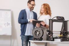Foco seletivo de um filamento que está sendo conectado à impressora 3d Imagens de Stock