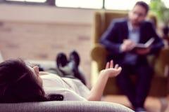 Foco seletivo de uma jovem mulher que encontra-se no sofá imagens de stock royalty free