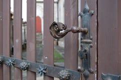 Foco seletivo do botão de porta decorado bonito imagem de stock royalty free
