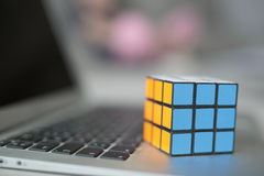 Foco seletivo do cubo de um Rubik Fotos de Stock Royalty Free