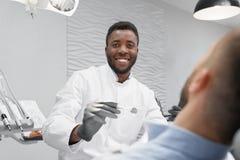 Foco seletivo do dentista masculino em processo de curar os dentes fotografia de stock