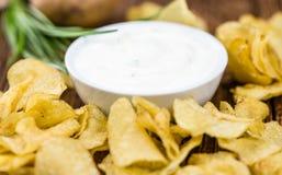 Foco seletivo do gosto de Chips Sour Cream da batata imagens de stock royalty free