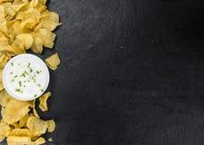 Foco seletivo do gosto de Chips Sour Cream da batata foto de stock