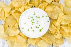 Foco seletivo do gosto de Chips Sour Cream da batata fotografia de stock royalty free