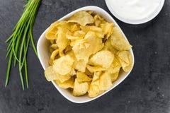 Foco seletivo do gosto de Chips Sour Cream da batata foto de stock royalty free