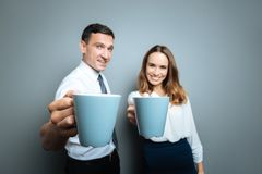 Foco seletivo dos copos com o chá que está sendo dado a você imagens de stock