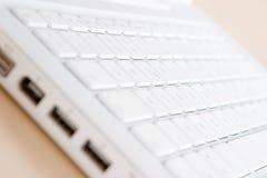 Foco seletivo em um teclado branco Foto de Stock Royalty Free