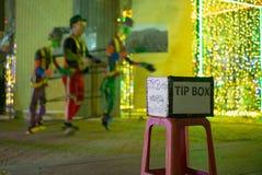 Foco seletivo na caixa da ponta na frente do desempenho de dança na rua pública Os meios da língua tailandesa agradecem-lhe para  fotos de stock