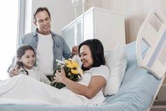 Foco seletivo na mulher feliz que obtém o apoio da família no hospital imagens de stock