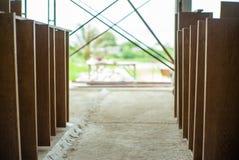 Foco seletivo na placa laminada de madeira na instalação de espera da fábrica imagem de stock