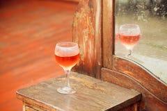 Foco seletivo no vidro do vinho e da mobília do vintage Fotos de Stock