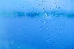 Foco seletivo, pingos de chuva no vidro com cidade imagem de stock royalty free