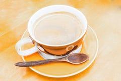 Foco seleto do copo de café mais o café da manhã da colher imagens de stock