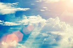Foco suave del cielo dramático de la puesta del sol con las nubes y la llamarada vendimia Imagen de archivo libre de regalías