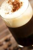 Foco suave en espuma de la leche de un ingenio del café del café express Fotos de archivo