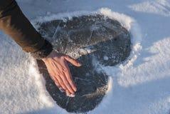 Focolare del biglietto di S. Valentino che disegna alla neve Immagini Stock