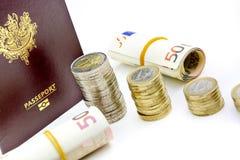 Focos del pasaporte y de la moneda en billetes de banco euro Fotos de archivo libres de regalías