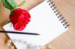 Focus Lovely red rose on a classic note book. o Royalty Free Stock Images