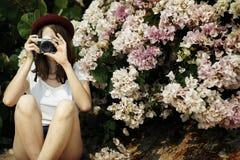 Focus Shooting Nature för flickakamerafotograf begrepp Fotografering för Bildbyråer