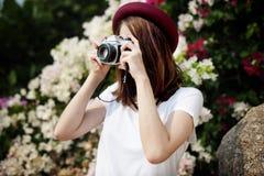 Focus Shooting Nature för flickakamerafotograf begrepp Arkivfoton