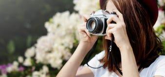 Focus Shooting Nature för flickakamerafotograf begrepp Royaltyfria Bilder
