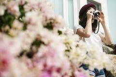 Focus Shooting Nature för flickakamerafotograf begrepp Arkivfoto