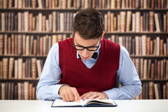Focused student reading book Royalty Free Stock Photography