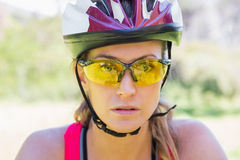 Focused woman cycling Royalty Free Stock Photos