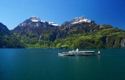 Fodera con la bandiera dello svizzero sul lago Lucerna in primavera Fotografia Stock Libera da Diritti