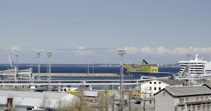 Fodera di crociera che parte dal cantiere navale stock footage