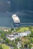 Fodera di crociera nel porto marittimo di Geirangerfjord con i turisti il 29 giugno 2016 in Geiranger, Norvegia fotografie stock