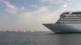 Fodera di lusso bianca che arriva al porto marittimo dal timelapse di crociera archivi video