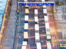 Fodra av åker lastbil i port Royaltyfri Foto
