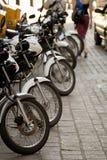 Fodra av motorcyklar på en gata i Guanajuato, Mexico Arkivfoto
