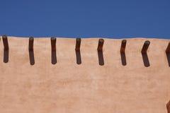 Fodra av timmer i Adobevägg Fotografering för Bildbyråer