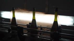 Fodra f?r p?fyllning och att f?rsegla av transport?ren i en fabrik av champagne lager videofilmer