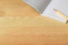Fodrad anmärkningslegitimationshandlingar och blyertspenna på trätabellen, med fritt utrymme för text Arkivfoto
