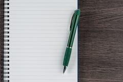 Fodrad anteckningsbok och penna, anteckning för kontrollistaminneslistapåminnelse Fotografering för Bildbyråer