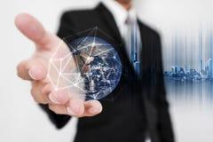 Fodrar det hållande jordklothologrammet för affärsmannen med nätverksanslutning Nätverkande för global affär, valutautbyte och lo royaltyfria foton