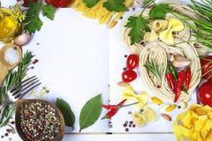 FOF d'ingrédients effectuant les pâtes italiennes Photo stock