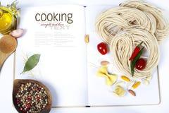 Fof degli ingredienti che produce pasta italiana Immagini Stock